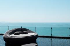 Κρεβάτι καναπέδων πολυτέλειας με την όμορφη άποψη θάλασσας και το σαφή ουρανό Στοκ Εικόνα