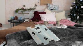 Κρεβάτι κοντά στο νέο δέντρο έτους απόθεμα βίντεο
