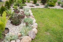 Κρεβάτι λουλουδιών τοπίων που διακοσμείται με την πέτρα και το αμμοχάλικο στοκ φωτογραφία με δικαίωμα ελεύθερης χρήσης