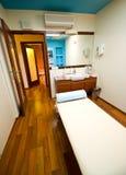 Κρεβάτι μασάζ σε ένα θέρετρο ή το ξενοδοχείο SPA στοκ φωτογραφίες