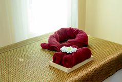 Κρεβάτι μασάζ στο δωμάτιο μασάζ Στοκ εικόνες με δικαίωμα ελεύθερης χρήσης