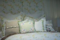 Κρεβάτι με μερικά μαξιλάρια στοκ εικόνα με δικαίωμα ελεύθερης χρήσης