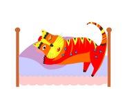 κρεβάτι με τη γάτα ύπνου Στοκ φωτογραφία με δικαίωμα ελεύθερης χρήσης