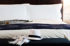Κρεβάτι με τις μπότες και το καπέλο στοκ φωτογραφία