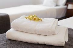 Κρεβάτι με τις φρέσκες πετσέτες Στοκ φωτογραφίες με δικαίωμα ελεύθερης χρήσης