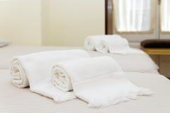 Κρεβάτι με τις φρέσκες πετσέτες Στοκ Εικόνες