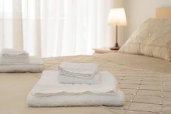 Κρεβάτι με τις φρέσκες πετσέτες στοκ εικόνες με δικαίωμα ελεύθερης χρήσης