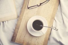 Κρεβάτι με τον καφέ Στοκ εικόνα με δικαίωμα ελεύθερης χρήσης