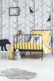 Κρεβάτι παιδιών ` s με την κίτρινη επικάλυψη Στοκ Εικόνες