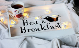 Κρεβάτι & πρόγευμα, φλυτζάνι του τσαγιού στοκ φωτογραφίες με δικαίωμα ελεύθερης χρήσης