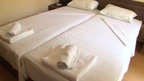 Κρεβάτι σε ένα δωμάτιο ξενοδοχείου στο βουλγαρικό πάρκο Rosinets απόθεμα βίντεο