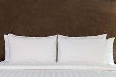 Κρεβάτι σε ένα δωμάτιο ξενοδοχείου Στοκ Εικόνες