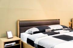 Κρεβάτι σκακιού με το μαξιλάρι και ράφι στη σύγχρονη κρεβατοκάμαρα Κρεβατοκάμαρα διά στοκ εικόνες