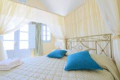 Κρεβάτι σκηνών και μπλε μαξιλάρια Στοκ Εικόνες
