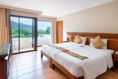 Κρεβάτι στο ξενοδοχείο και την άποψη των όμορφων βουνών Στοκ Εικόνες