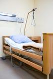 Κρεβάτι στο σύγχρονο νοσοκομείο Στοκ Εικόνες