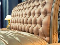 Κρεβάτι της Νίκαιας στη χαρακτηριστική σύγχρονη ρύθμιση Στοκ Φωτογραφίες