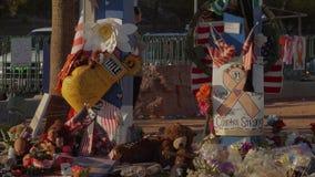 Κρεβάτι των λουλουδιών ως μνημείο μετά από την επίθεση τρόμου στο Λας Βέγκας - ΗΠΑ 2017 απόθεμα βίντεο