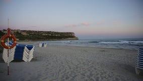 Κρεβάτι SOS και ήλιων με τη θέα βουνού στην παραλία Minorca Στοκ Εικόνες