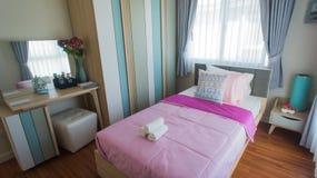 κρεβατοκάμαρα ζωηρόχρωμη Στοκ φωτογραφίες με δικαίωμα ελεύθερης χρήσης