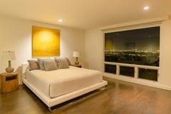Κρεβατοκάμαρα Καλιφόρνιας πολυτέλειας με την καταπληκτική στο κέντρο της πόλης άποψη ο του Σαν Ντιέγκο Στοκ φωτογραφία με δικαίωμα ελεύθερης χρήσης
