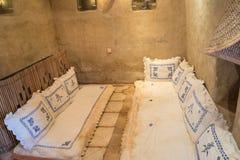 Κρεβατοκάμαρα με τα άσπρα μαξιλάρια στην αραβική αρχαία καλύβα Στοκ Φωτογραφίες
