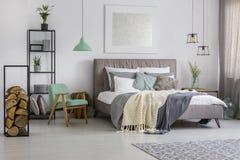 Κρεβατοκάμαρα με τις γκρίζες και πράσινες διακοσμήσεις Στοκ Εικόνα