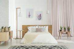 Κρεβατοκάμαρα με το μοτίβο κάκτων Στοκ Εικόνα