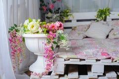 Κρεβατοκάμαρα με το ντεκόρ των λουλουδιών στο αγροτικό ύφος Στοκ Φωτογραφίες
