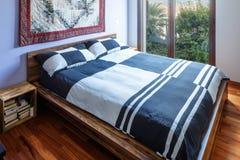 Κρεβατοκάμαρα με το όμορφο παρκέ, ελεγχμένα καλύμματα στοκ φωτογραφία με δικαίωμα ελεύθερης χρήσης