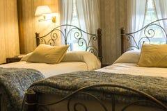 Κρεβατοκάμαρα με δύο κρεβάτια στοκ φωτογραφία με δικαίωμα ελεύθερης χρήσης