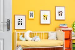Κρεβατοκάμαρα μωρών με τις εικόνες των ζώων Στοκ φωτογραφίες με δικαίωμα ελεύθερης χρήσης