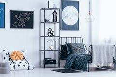Κρεβατοκάμαρα παιδιών με το κρεβάτι μετάλλων Στοκ Εικόνες