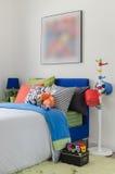 Κρεβατοκάμαρα παιδιού με τα ζωηρόχρωμες μαξιλάρια και τις κούκλες στοκ φωτογραφία με δικαίωμα ελεύθερης χρήσης