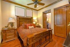 Κρεβατοκάμαρα πολυτέλειας στο σπίτι Καλιφόρνιας με τα ξύλινα πατώματα σφενδάμνου Στοκ εικόνα με δικαίωμα ελεύθερης χρήσης