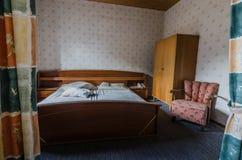 κρεβατοκάμαρα σε ένα παλαιό πανσιόν στοκ εικόνα