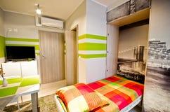 Κρεβατοκάμαρα σοφιτών με το πράσινο θέμα στοκ φωτογραφία με δικαίωμα ελεύθερης χρήσης