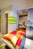 Κρεβατοκάμαρα σοφιτών με το πράσινο θέμα στοκ εικόνα με δικαίωμα ελεύθερης χρήσης