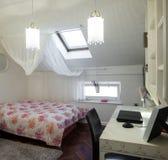 Κρεβατοκάμαρα στο διαμέρισμα σοφιτών Στοκ Εικόνα