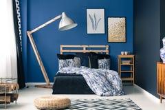 Κρεβατοκάμαρα στο πλούσιο μπλε χρώμα στοκ εικόνα με δικαίωμα ελεύθερης χρήσης