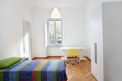 Κρεβατοκάμαρα στο σύγχρονο διαμέρισμα Στοκ Εικόνες