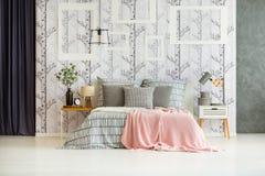 Κρεβατοκάμαρα σχεδιαστών με το τεράστιο κρεβάτι Στοκ φωτογραφία με δικαίωμα ελεύθερης χρήσης