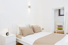 κρεβατοκάμαρα φωτεινή Στοκ φωτογραφίες με δικαίωμα ελεύθερης χρήσης