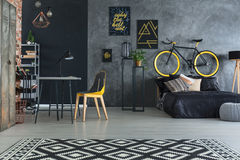 Κρεβατοκάμαρα Hipster με το κρεβάτι Στοκ Φωτογραφίες