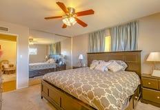 Κρεβατοκάμαρα LIT του σπιτιού Καλιφόρνιας πολυτέλειας με μια επίδειξη μαξιλαριών και Στοκ εικόνες με δικαίωμα ελεύθερης χρήσης