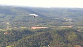 Κρεμάστε τις ενάρξεις ανεμοπλάνων από μια πέρκα επάνω στο βουνό επιφυλακής απόθεμα βίντεο