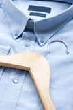 Κρεμάστρα πουκάμισων και υφασμάτων Στοκ φωτογραφία με δικαίωμα ελεύθερης χρήσης
