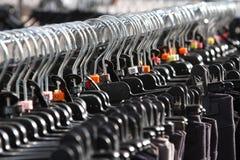Κρεμάστρες ενδυμάτων και ενδύματα για την πώληση στην αγορά Στοκ Εικόνα