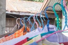 Κρεμάστρες ενδυμάτων πολύχρωμες Στοκ εικόνα με δικαίωμα ελεύθερης χρήσης