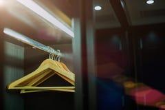 Κρεμάστρες ιματισμού στον καφετή ξύλινο πίνακα Στοκ Εικόνες